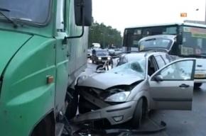 Лихач на «Форде» протаранил грузовик с пивом