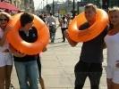 Очаровательные блондинки показали петербуржцам, как спастись при наводнении: Фоторепортаж