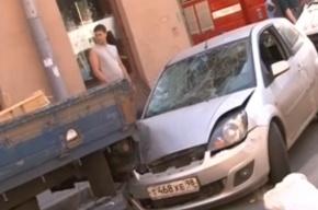 «Форд» сбил прохожих и врезался в грузовик