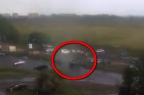 Торнадо в Колпино поднял в воздух машину