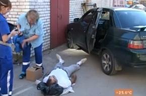После тренировки мужчина сел в машину, завел двигатель и умер