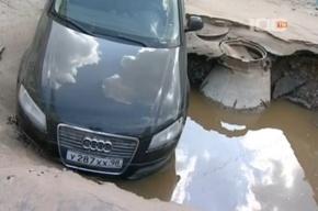 Машина провалилась из-за испытаний теплосети