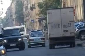 Видео: милицейская машина объезжает внедорожник, который едет по встречке
