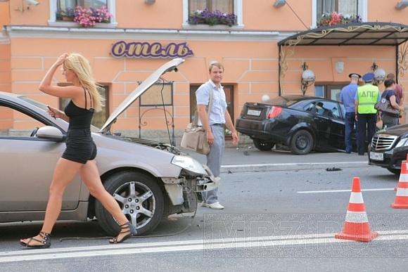 Автомобиль Шевроле влетел в ресторан на полном ходу: Фото