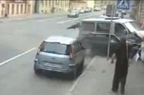 Две машины впечатались в стену на улице Достоевского