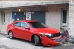 Жители питерского двора оказались заперты автомобилем