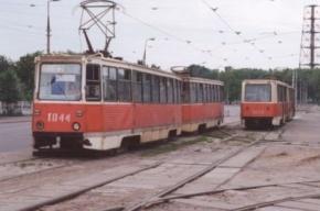 На Десантников сошел с рельсов трамвай, пострадал вагон