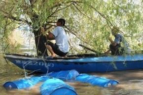 Китайцы извлекли токсичные бочки из Сунгари