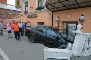 Автомобиль Шевроле влетел в ресторан на полном ходу