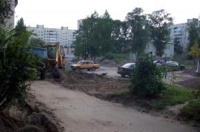 В Колпино на улице Павловской газон закатывают в асфальт