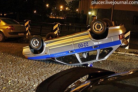 Активисты «Войны» перевернули милицейский автомобиль: Фото