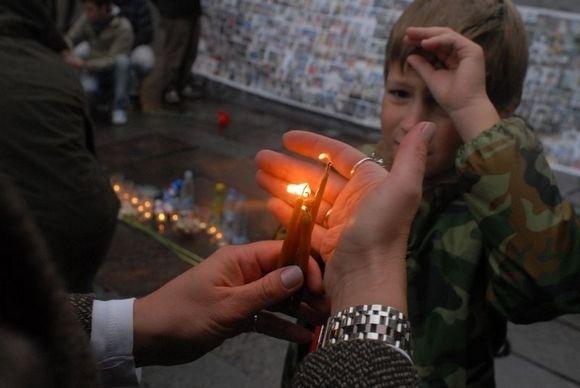 В память о трагедии в Беслане: 334 свечи и бутылки с водой: Фото