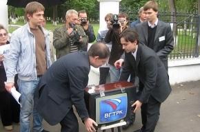 Коммунисты «похоронили» телевизор в мусорном баке