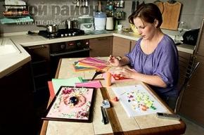 Квиллеры делают бабочек и открытки из бумажных полосок