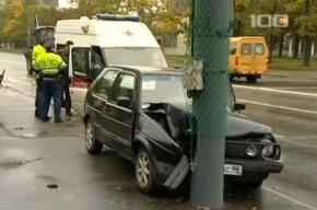 На Благодатной улице «Фольксваген гольф» врезался в столб