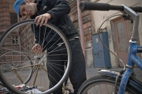Скорая велосипедная помощь работает в Соляном переулке