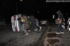 Активисты «Войны» перевернули милицейский автомобиль