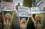 Полуобнаженные украинки протестовали против приезда Путина: Фоторепортаж