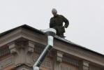 Фоторепортаж: «Крышу в центре ремонтировали прямо над головами прохожих»