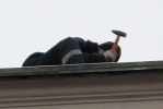 Крышу в центре ремонтировали прямо над головами прохожих: Фоторепортаж