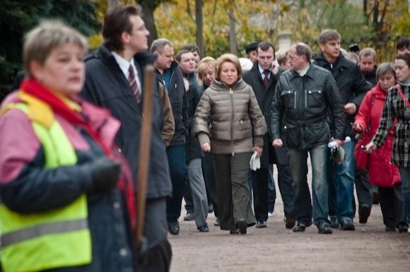 Городской субботник: Как Валентина Матвиенко сажала ель: Фото