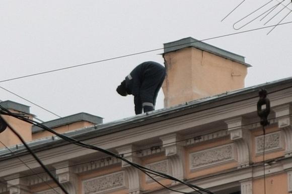 Крышу в центре ремонтировали прямо над головами прохожих: Фото