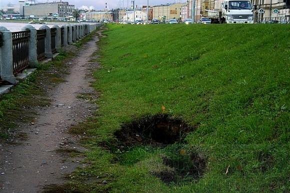 На склоне вдоль Синопской набережной проваливается грунт: Фото