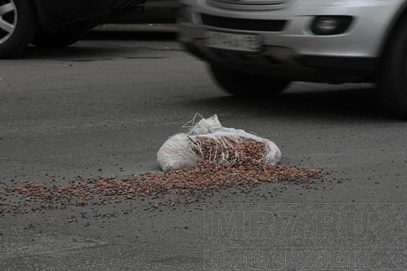 Кто потерял мешки с керамзитом на Марата?: Фото