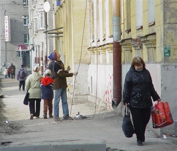 На проспекте Металлистов трубы кидали на землю, не думая о прохожих: Фото