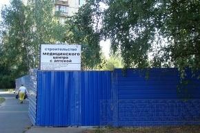 Долгострои Приморского района: за синими заборами – обреченные деревья