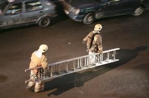 Пожарные вытаскивали петербуржцев через окно