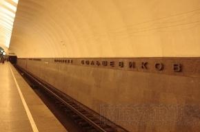 Мужчина упал под поезд в петербургской подземке