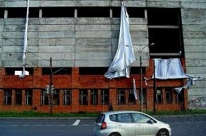 На Новгородской улице упавший баннер угрожает прохожим и водителям