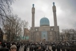 Фоторепортаж: «У мечетей Петербурга собралось более 70 тысяч мусульман»