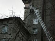 ЧП на Автовской: труба с крыши рухнула в окно: Фото
