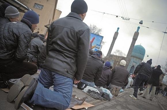 У мечетей Петербурга собралось более 70 тысяч мусульман: Фото