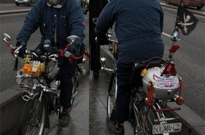 По Петербургу катается странный велосипедист