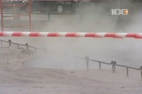 На площади Искусств образовалась яма с кипятком