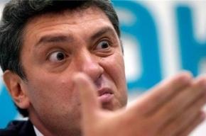 В Немцова швырнули ботинком и пытались облить