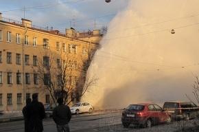 На углу Исполкомской и Бакунина кипяток выше крыши