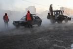 Авария на Энгельса: Ремонтники обещают починить трубу к обеду: Фоторепортаж