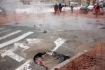 Фоторепортаж: «В центре Петербурга образовалась яма с кипятком»