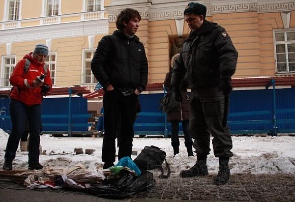 В центре Петербурга задержали активиста, который хотел сжечь чучело Барака Обамы: Фото