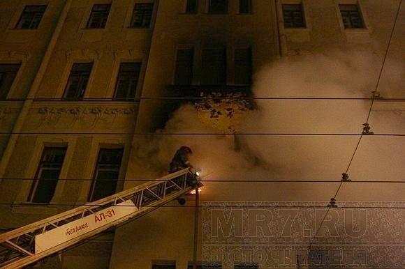 Сильный пожар на Петроградке тушили до глубокой ночи: Фото