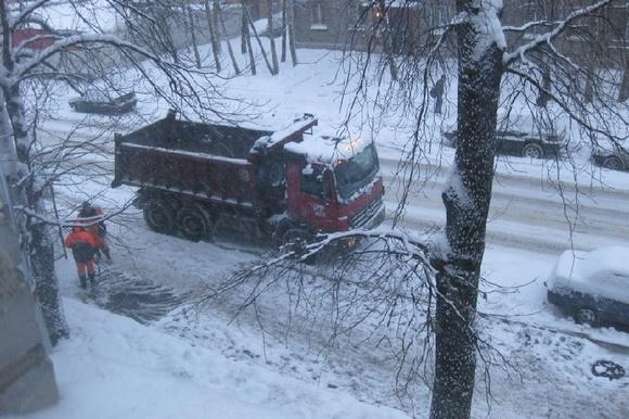 На проспекте Металлистов асфальт закапывают в снег: Фото