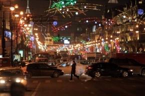 Новогодние гирлянды прошлых лет развесили в районах Петербурга