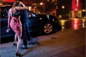 В Канаде молодых людей просят не насиловать пьяных женщин