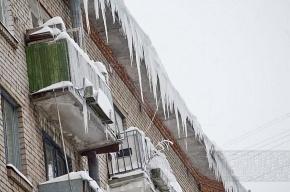 Уборщики снега разбили стекла на четвертом этаже