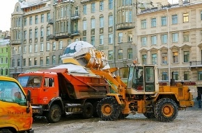 Грузовики в Петербурге мешают снегоуборке