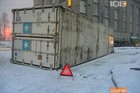 Контейнер фуры рухнул на дорогу в Петербурге